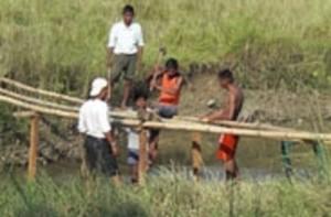 NEPAL - Chitwan National Park, Tharu people bamboe bridge